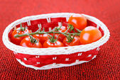 Korb mit reife tomaten — Stockfoto