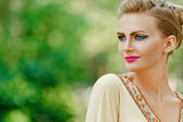 Giovane e bella donna in abito giallo — Foto Stock