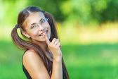 笑顔の若い女性は彼の唇に指を置く — ストック写真