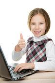 Schönes mädchen sitzen am laptop — Stockfoto