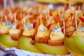 Tartlets krem, peynir ve kavun — Stok fotoğraf