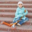 chica con capa azul con scooter — Foto de Stock