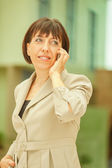 Businesswoman talking on cell phone — Stockfoto
