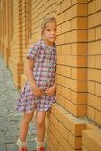 Liten flicka snear tegelvägg — ストック写真