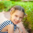 Little girl in green summer city park — Foto Stock