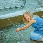 bella bambina, giocando nella fontana — Foto Stock