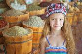 Dziewczynka w lato zielony park miejski — Zdjęcie stockowe