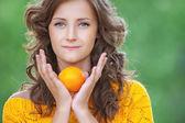 漂亮的女人控股橙 — 图库照片