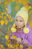 Pretty little girl in autumn park — Stock Photo