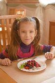 Niña sonriente comiendo ensalada — Foto de Stock
