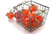 Basket with ripe tomatoes — 图库照片