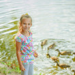 Little girl feeding ducks — Stockfoto #31523029
