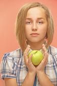 девушка с зеленым яблоком — Стоковое фото
