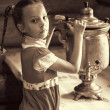 Little girl with samovar — Stockfoto