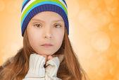 Triste bambina nel cappello lavorato a maglia — Foto Stock