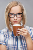 Beautiful young woman mug of tea — Stock Photo