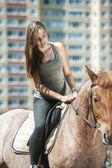 馬に乗って美しい若い女性 — ストック写真