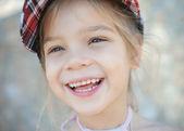 Uśmiechnięta dziewczynka w czapka z dzianiny — Zdjęcie stockowe