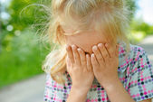 Little girl crying — Stock Photo