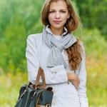 nette Junge Frau mit Handtasche — Stockfoto