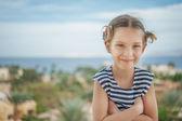 Çizgili yelek heerful kız — Stok fotoğraf