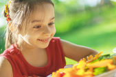 Young Girl eats vegetables — Stock Photo