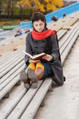 Beautiful young woman reads book — Stock Photo