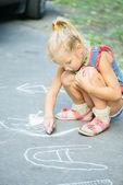 Petite fille dessine à la craie — Photo