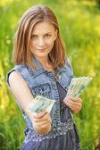 Portret młodej kobiety liczenie pieniędzy — Zdjęcie stockowe