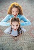 Zwei Freundinnen in den Sommerferien — Stockfoto