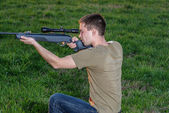 Man took aim with your sniper rifle — Stock Photo