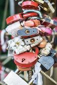 Lås som fäster vid bron nygifta — ストック写真