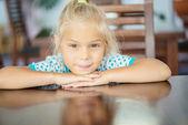 Petite fille assise à table — Photo