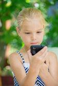 Menina falando no telefone celular — Fotografia Stock