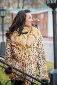 Smiling beautiful woman in a brown coat — 图库照片