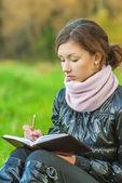 美丽的女孩读的书 — 图库照片
