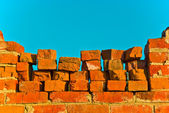 Oude bakstenen muur in de blauwe hemel — Stockfoto
