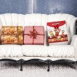 On a white sofa gifts lie — Foto Stock