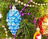 Новогодний фон с красивым синий конус — Стоковое фото