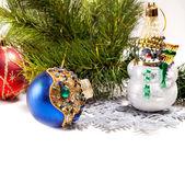 Carte de nouvel an avec beau bonhomme de neige et boule — Photo