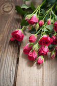 Roses roses sur une table en bois — Photo