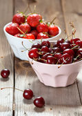 Sladké třešně a jahody — Stock fotografie