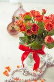 Oranžové růže ve váze — Stock fotografie