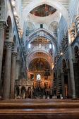 внутренний вид собора пизы. площадь пьяцца деи мираколи, пиза, италия. — Стоковое фото