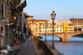 "Bank near the Ponte Vecchio (""Old Bridge"") at evening. Florence, Tuscany, Italy. — Stock Photo"