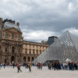 Queue of visitors to the pyramid - main entrance to the Louvre — Stock Photo