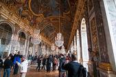 Tłumy turystów odwiedzić pałac w wersalu i gabinecie luster — Zdjęcie stockowe
