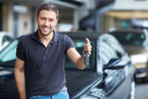 Man with car keys — Stockfoto