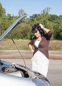 привлекательная женщина, имеющих проблемы с ее автомобиль — Стоковое фото