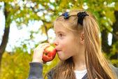 Little girl eating apple — Photo